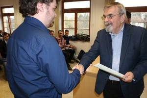 Dr. Máthé János, a Netvisor Zrt. vezérigazgatója személyesen adta át az ebben a félévben ösztöndíjat elnyert hallgatóiknak az ösztöndíj elnyerését igazoló oklevelet.